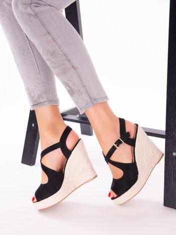 Czarne sandały na koturnach z ecozamszu, ze skrzyżowanymi paskami na przodzie