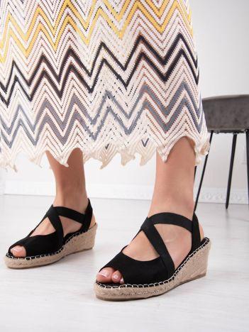 Czarne sandały na koturnach z elastycznymi paskami