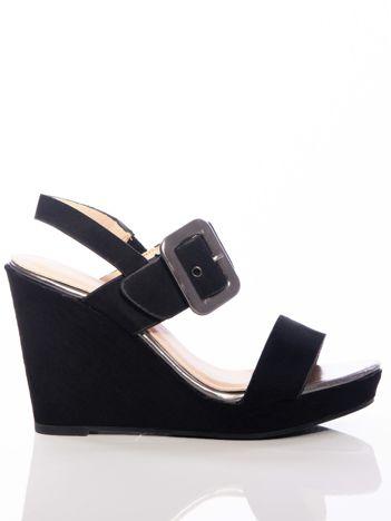 Czarne sandały na koturnach z ozdobną dużą klamrą