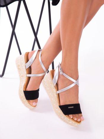 Czarne sandały na podwyższeniu z ozdobnym srebrnym paskiem zapinanym na kostkach