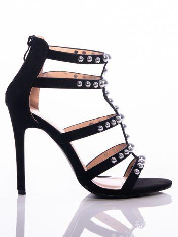 Czarne sandały na szpilkach, wysadzane srebrnymi perełkami, z suwakiem na tyle cholewki