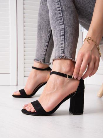 Czarne sandały z eco zamszu na wysokim asymetrycznym słupku