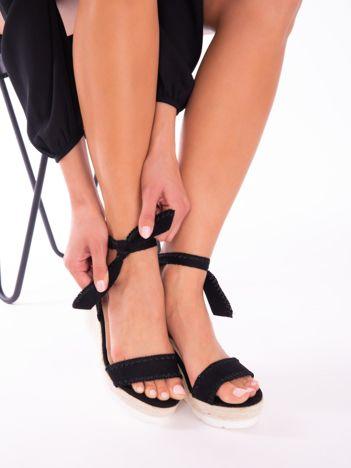 Czarne sandały z eco zamszu z ozdobnymi obszyciami, wiązane na boku