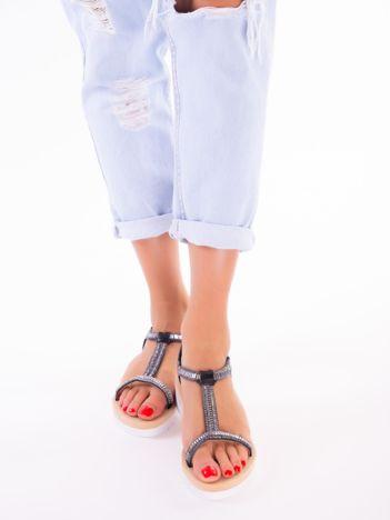Czarne sandały z mieniącymi się koralikami i pionowym paskiem na przodzie