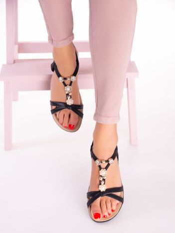 Czarne sandały z ozdobną przypinką i perełkami na przodzie