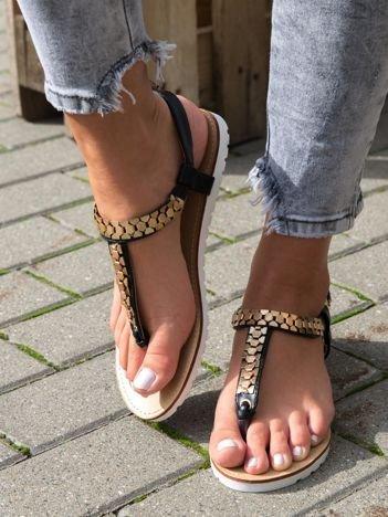 Czarne sandały z ozdobnym plecionym łańcuszkiem