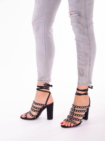 Czarne sandały z ozdobnymi nitami i paskami z wiązaniem wokół kostki