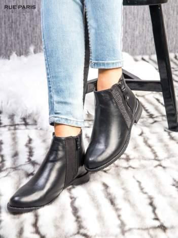 Czarne skórzane botki z mieniącymi dżetami na płaskim obcasie