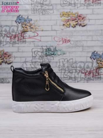 Czarne skórzane buty slip on Tracy ze złotym suwakiem i napisem
