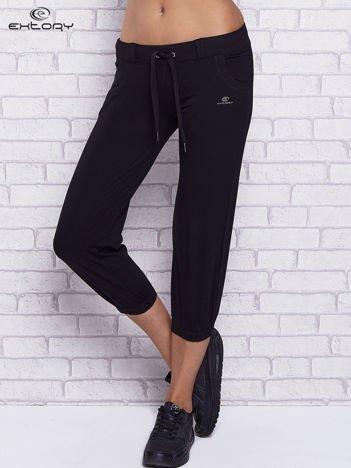 Czarne spodnie capri z kieszeniami i gumką w pasie