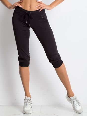Czarne spodnie damskie capri z kieszonką i haftem PLUS SIZE