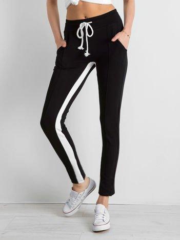 Czarne spodnie dresowe damskie