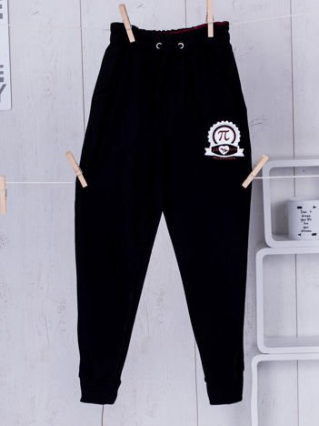 Czarne spodnie dresowe dla chłopca z troczkami i nadrukiem
