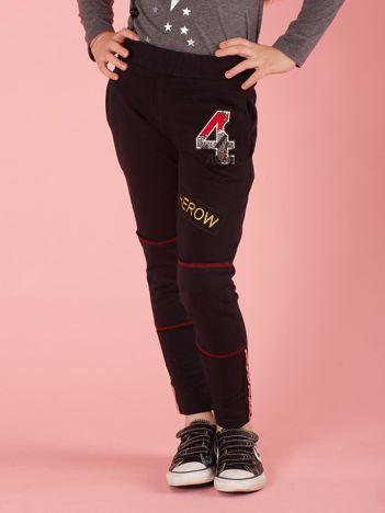 Czarne spodnie dresowe dziecięce z naszywkami