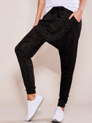 Czarne spodnie dresowe melange