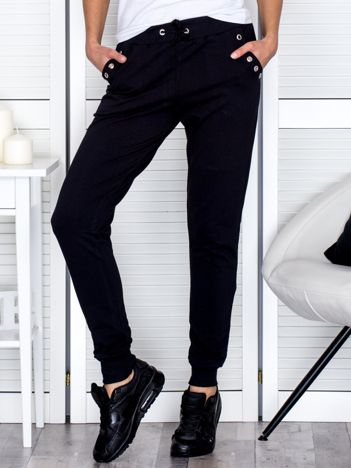 Czarne spodnie dresowe z ażurowym wykończeniem kieszeni