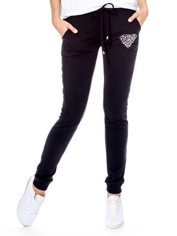 Czarne spodnie dresowe z błyszczącą aplikacją