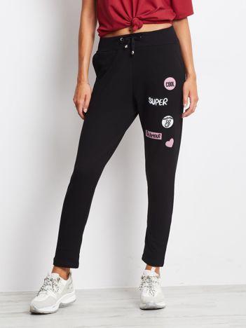 Czarne spodnie dresowe z naszywkami