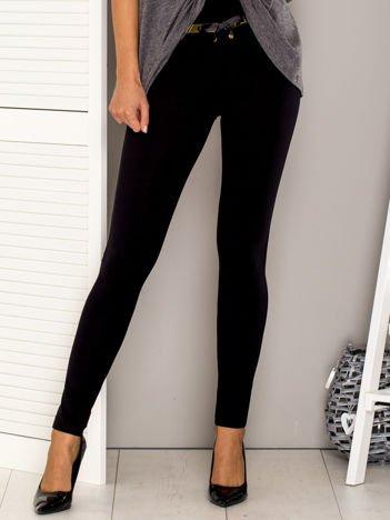 Czarne spodnie dresowe z ozdobnym paskiem