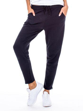 Czarne spodnie dresowe z przeszyciami