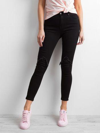 Czarne spodnie jeasowe z przetarciami