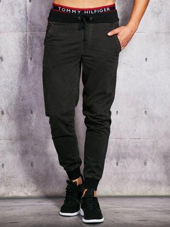 Czarne spodnie materiałowe męskie ze ściągaczami