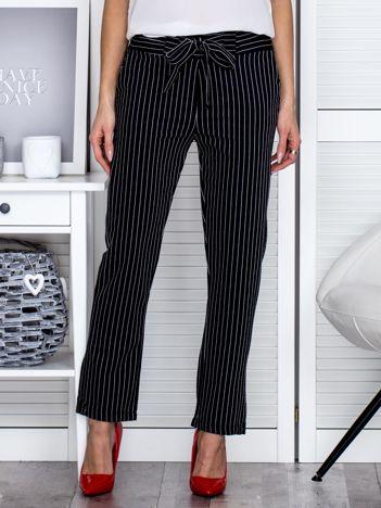 Czarne spodnie w paski z wiązaniem