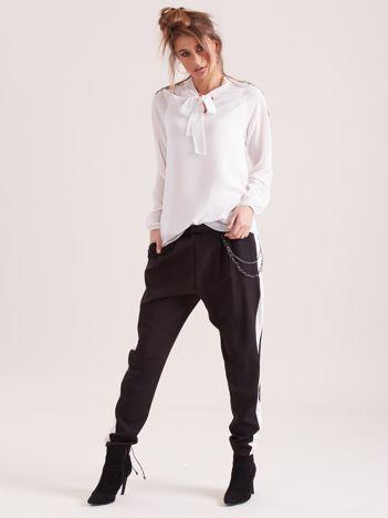 Czarne spodnie z lampasem i łańcuszkiem
