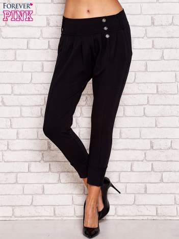 Czarne spodnie z marszczeniami i ozdobnymi guzikami