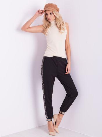 Czarne spodnie z wężowym lampasem