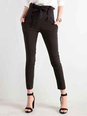 Czarne spodnie z wiązaniem w talii