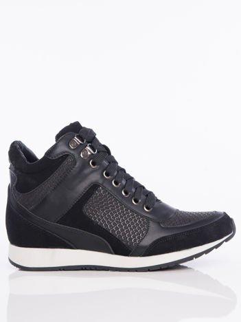 Czarne sznurowane sneakersy z jasną podeszwą i zamszowymi wstawkami