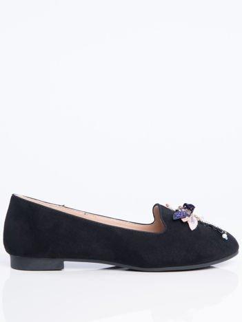Czarne zamszowe lordsy na niskim klocku z ozdobną naszywaną ważką z przodu buta
