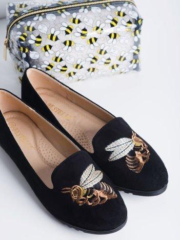 Czarne zamszowe lordy z haftowaną pszczółką na przodzie cholewki
