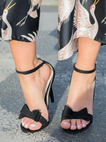 Czarne zamszowe sandały na szpilach z ozdobną kokardką z przodu