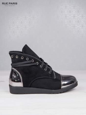 Czarne zamszowe sneakersy z ozdobnym suwakiem i lustrzanymi wstawkami
