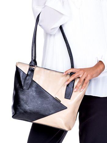 f00dcc7f5ac40 Czarno-beżowa torba z asymetrycznymi przeszyciami