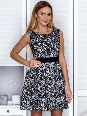 Czarno-biała sukienka koktajlowa z koronkowym motywem