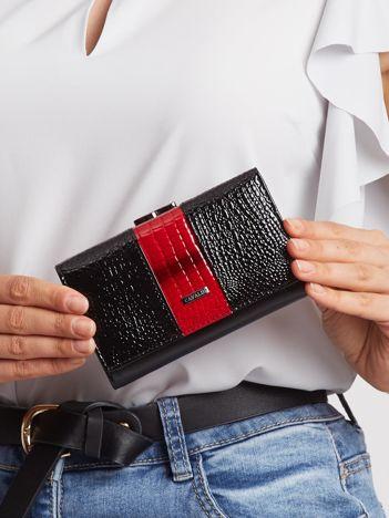 Czarno-czerwony portfel lakierowany