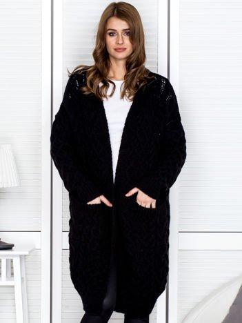 Czarny długi sweter w warkoczowe sploty