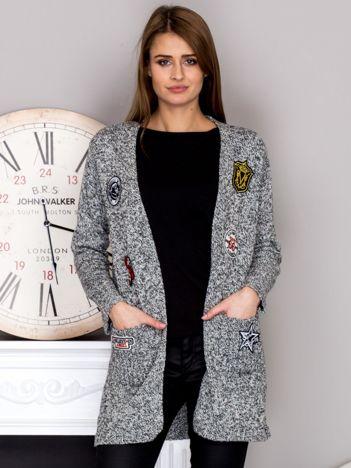 Czarny-ecru sweter bez zapięcia z naszywkami