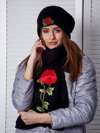 Czarny komplet damski z kwiatowymi naszywkami czapka i szalik
