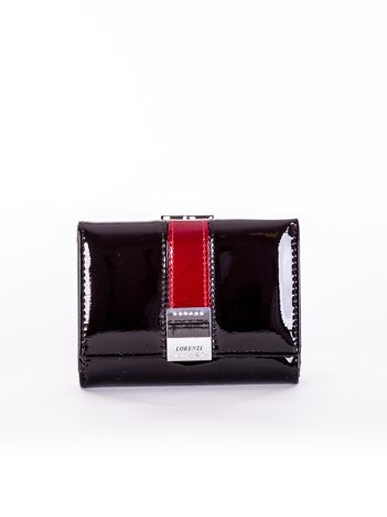 Czarny lakierowany portfel damski z ozdobnym zapięciem