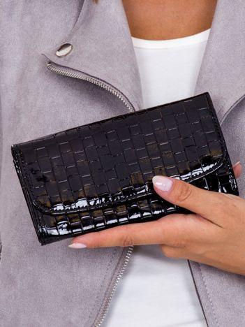 Czarny lakierowany portfel z motywem plecionki