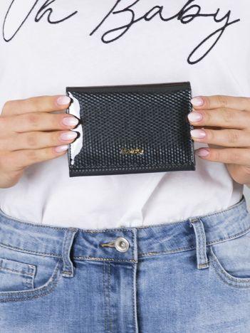 Czarny lakierowany portfel ze skóry w geometryczne wzory