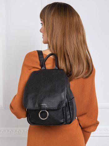 Czarny mały plecak z klapką