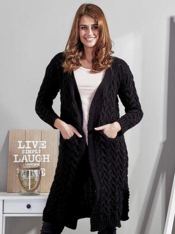 Czarny otwarty sweter w warkoczowe sploty