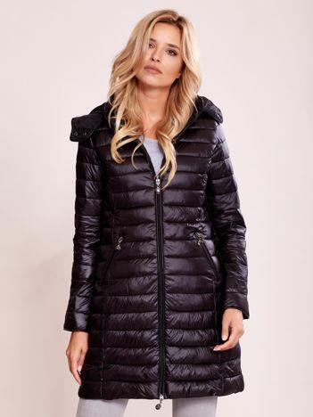 Czarny pikowany płaszcz z odpinanym kapturem
