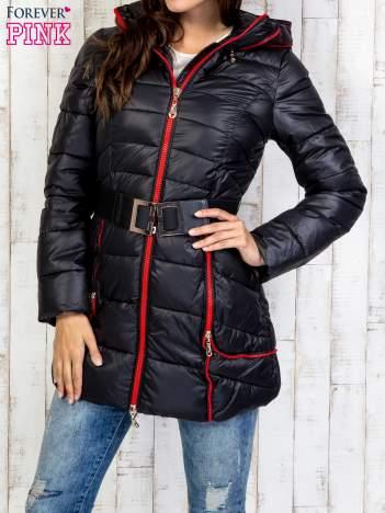 Czarny płaszcz z paskiem i kolorowymi suwakami