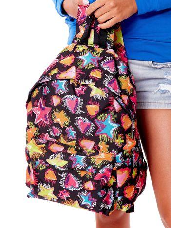 Czarny plecak w kolorowe gwiazdy